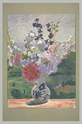 Vase de fleurs sur le rebord d'une ouverture laissant voir un paysage en...