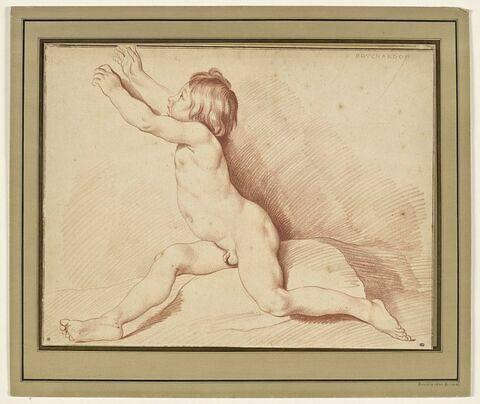 Enfant nu, assis, tendant les bras