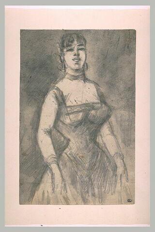 Femme portant une robe décolletée, vue de face, à mi-corps