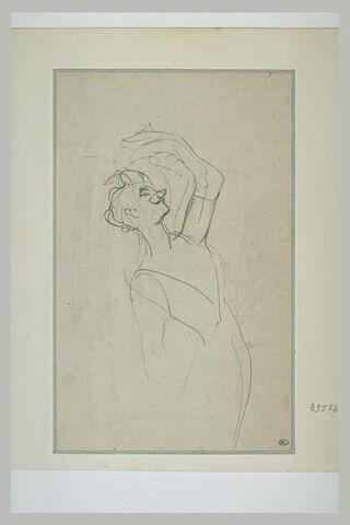 Yvette Guilbert, le bras gauche levé