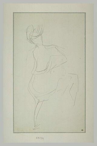 Femme vue de dos, les mains à la taille, la jambe droite levée
