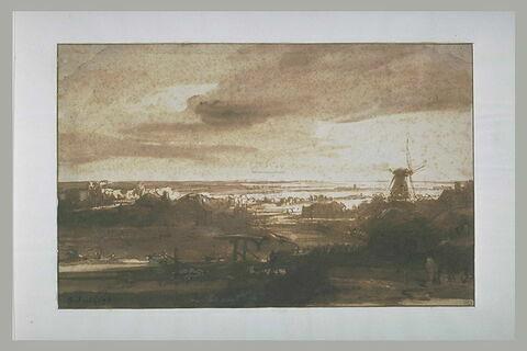 Vue panoramique d'une plaine avec un moulin à vent