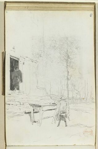 Homme assis sur un banc, devant une maison