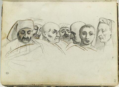 Sept têtes d'hommes groupées en frise