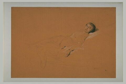 Femme allongée, poitrine nue, souriant
