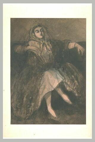 Femme assise sur un divan, les jambes croisées