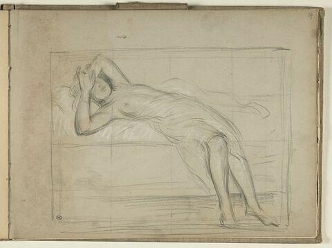 Femme allongée sur un lit