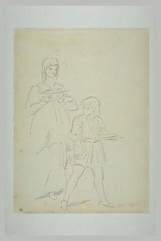 Femme et jeune garçon portant des plats