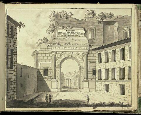 Ruine d'un arc de triomphe antique avec une inscription latine
