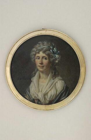 Portrait de femme, à mi-corps, avec un corsage blanc et une mante
