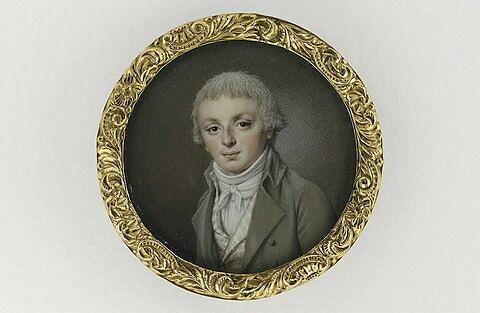 Portrait de jeune homme en costume gris et gilet à rayures
