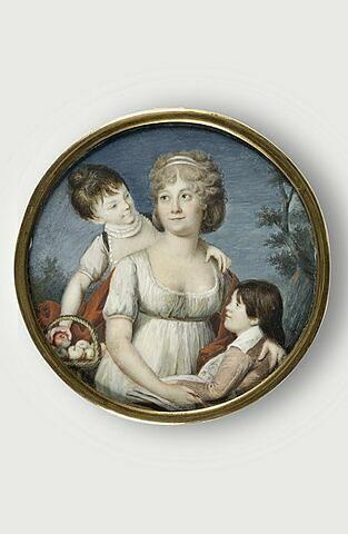 Une mère et ses deux enfants.