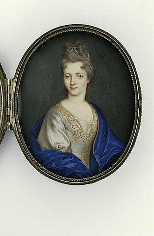Portrait de jeune femme, en robe blanche décolletée et brodée d'or