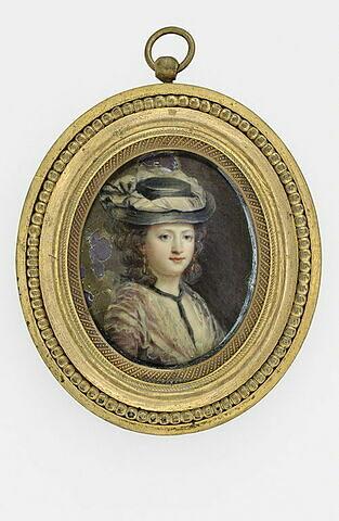 Portrait de femme, en buste, coiffée d'un chapeau noir à ruban blanc