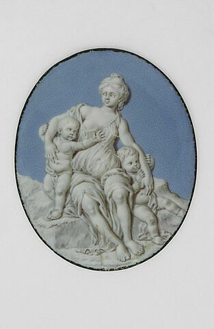 Femme assise sur un rocher avec deux enfants