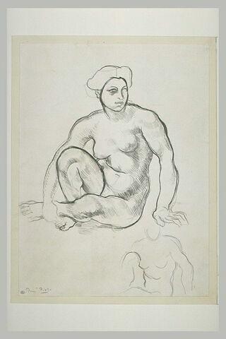 Femme nue assise à terre, la jambe droite pliée et le bras droit retenant...