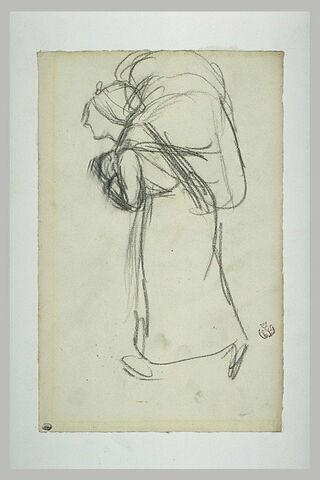 Femme marchant vers la gauche, portant un fardeau