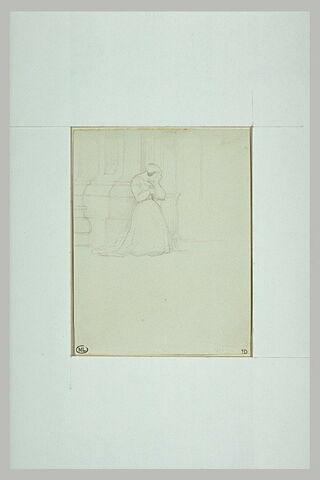 Femme agenouillée près d'un pilier