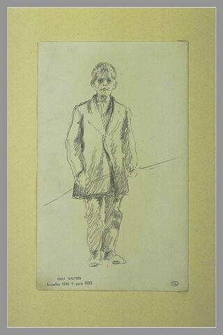 Portrait d'un jeune garçon, debout, tenant un bâton