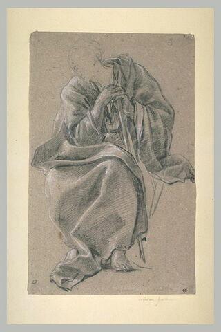 Homme assis, appuyé sur un bâton