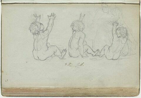 Trois enfants nus, assis par terre, près d'une femme agenouillée