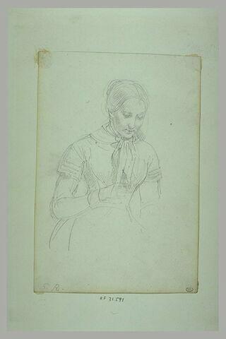 Jeune femme, à mi-corps, un foulard noué autour du cou