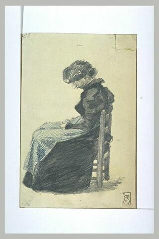 Mélie Chrétien assise, les mains sur les genoux