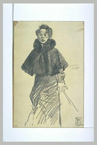 Mélie Chrétien, en pied, une cape à large col sur les épaules