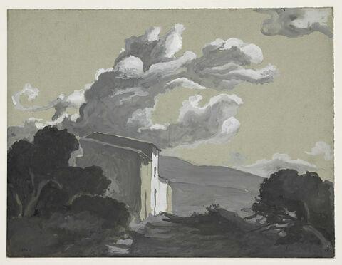 D'épais nuages gris au-dessus d'une maison