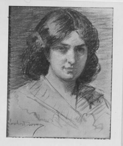 Portrait de femme, en buste, cheveux noirs tombant sur les épaules