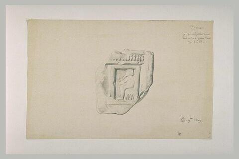 Fragment de bas-relief avec un personnage assis, de profil à gauche