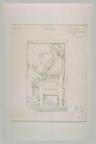 Fragment de relief funéraire : femme assise respirant une fleur