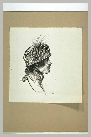 Femme vue en buste, coiffée d'un petit chapeau orné d'une aigrette