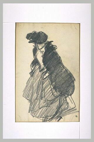 Femme marchant vers la gauhe remontant sa jupe