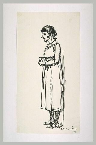 Femme debout, tenant un sac