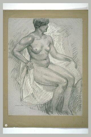 Femme nue, assise sur un fauteuil recouvert d'un linge blanc