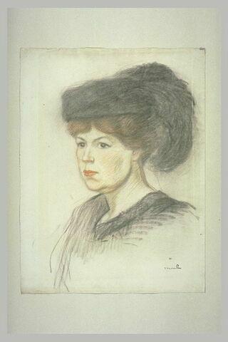 Femme en buste coiffée d'un chapeau à plumes