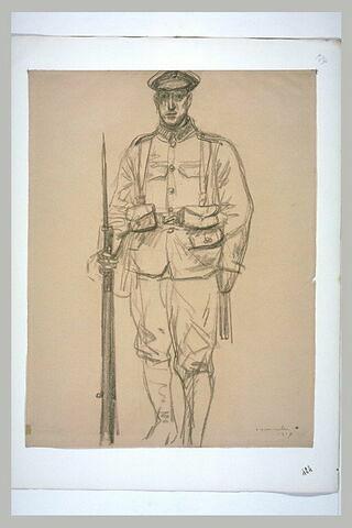 Soldat en uniforme, tenant son fusil