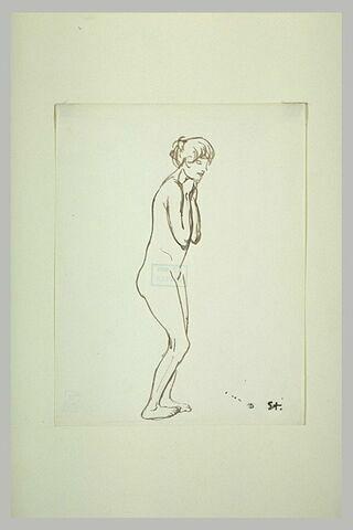 Femme nue, debout, mains sous le menton