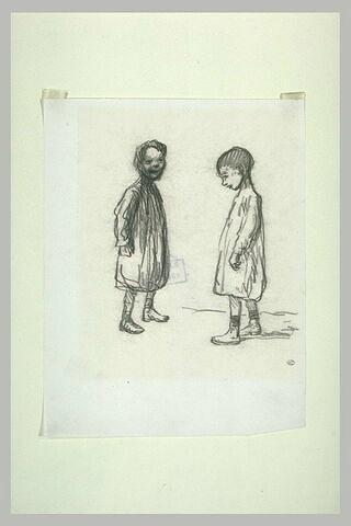 Deux enfants debout, face à face