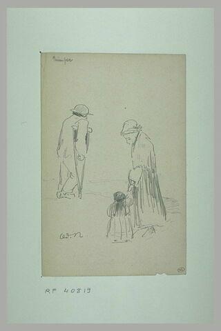 Un homme appuyé sur une béquille et une femme donnant la main à une enfant