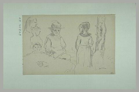 Femme avec deux enfants, petit garçon coiffé d'un chapeau  et petite fille