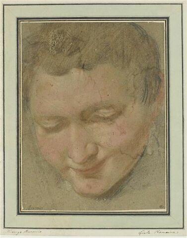 Tête de jeune homme penchée en avant, vue de face