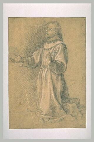 Moine Franciscain à genoux, priant, les bras à demi-ouverts, les yeux au ciel, torné vers la gauche