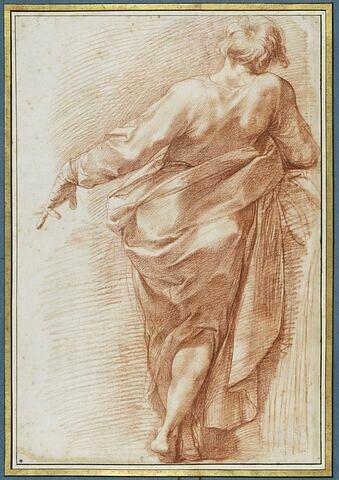 Homme drapé, vu de dos, appuyé sur le bras droit
