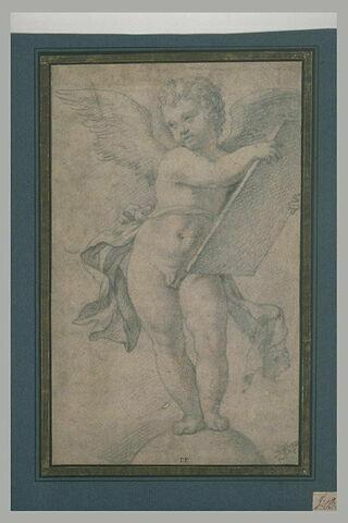 Un ange tenant une tablette debout sur un globe, tête inclinée sur l'épaule