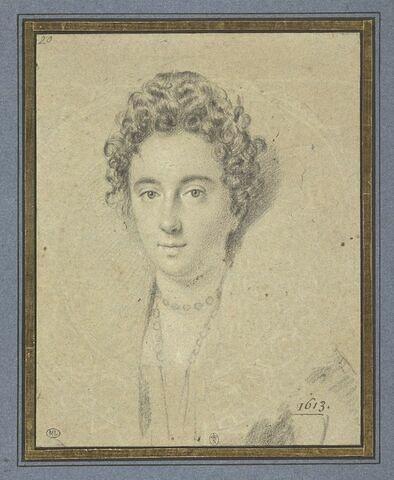 Portrait de femme vue de face : cheveux frisés en petites boucles