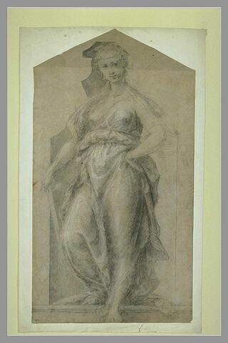 Femme drapée, debout dans une niche, tenant une épée dans sa main droite