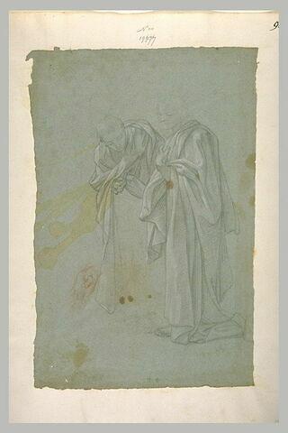 Deux hommes debout couverts de longs manteaux