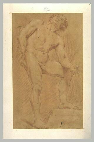 Homme nu, debout, la jambe gauche sur une pierre, regardant vers le haut